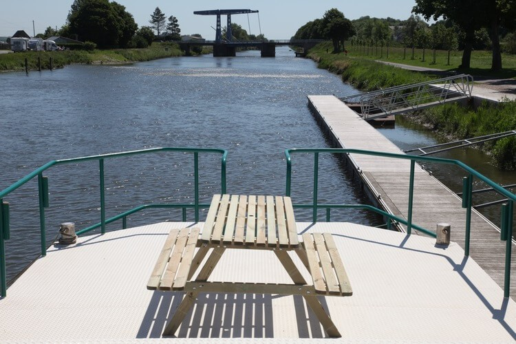 Picnic table with view on the bridge