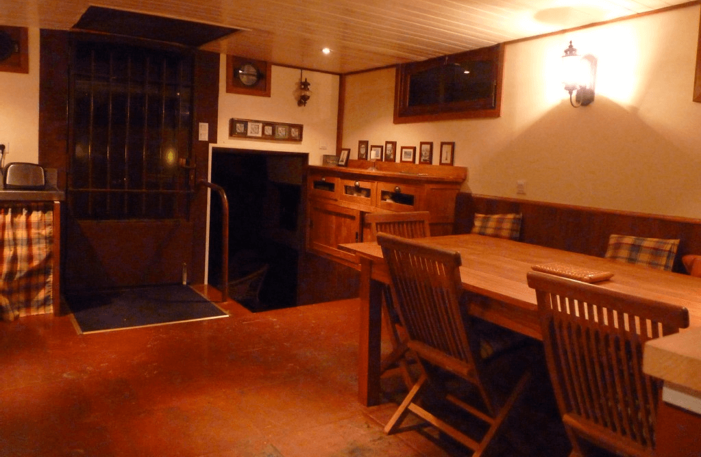 Dining space for up to 8 persons