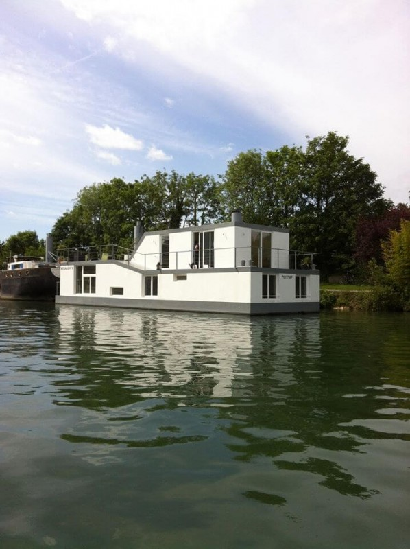 The modern design of this houseboat is simply breathtaking!