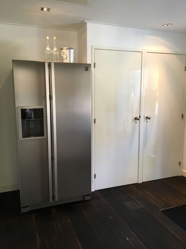 Scullery with an extra fridge with icecubs maker