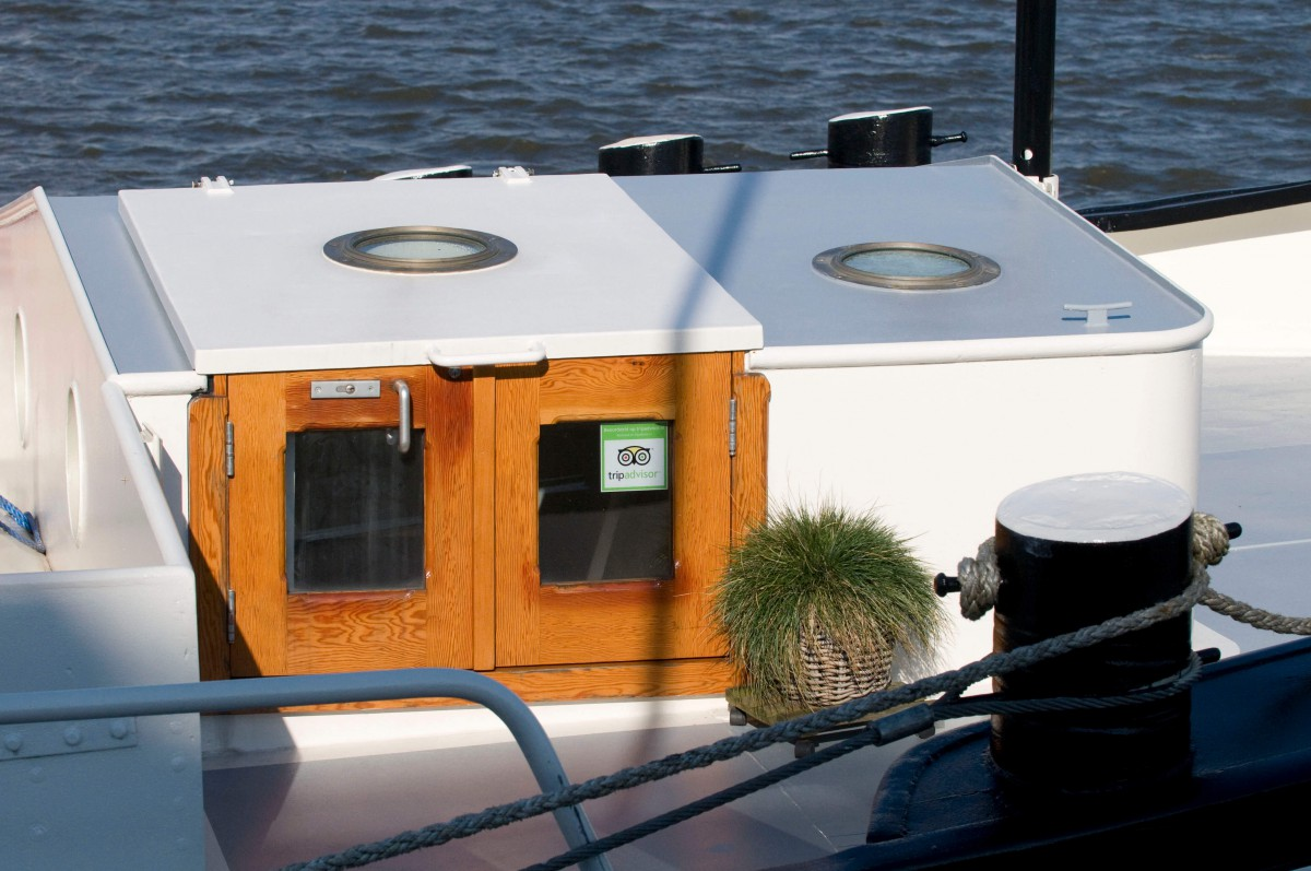 We love to welcome you aboard on our houseboat!