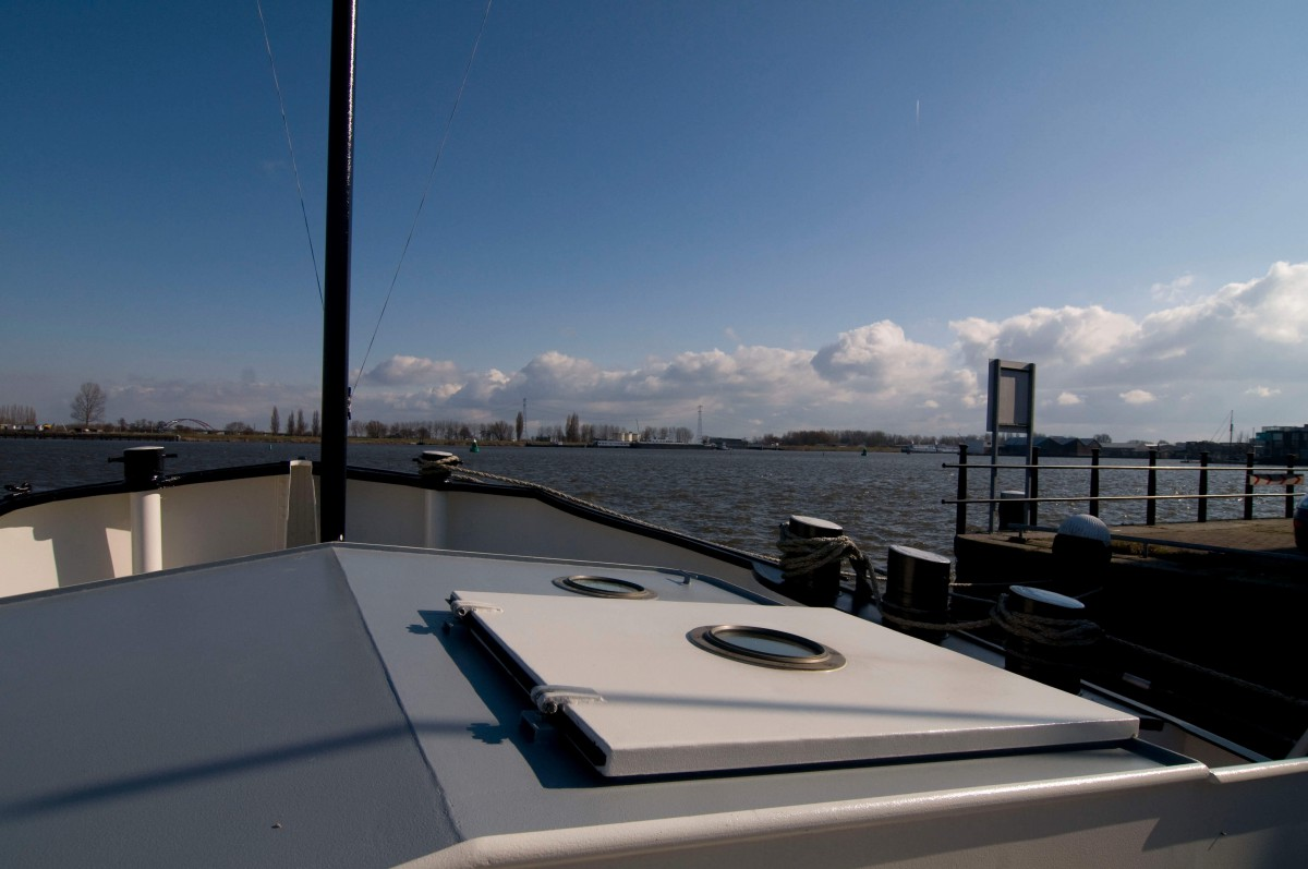 The sundeck of Houseboat Dageraad offers great views.