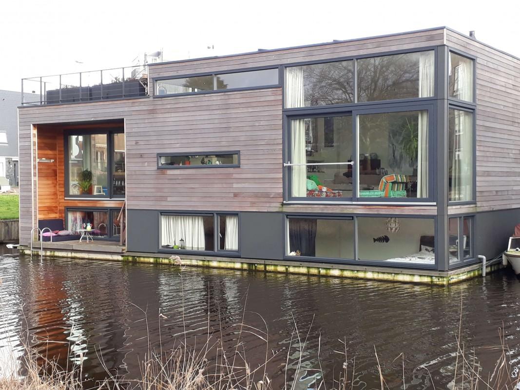 Modern floating villa in quiet area.