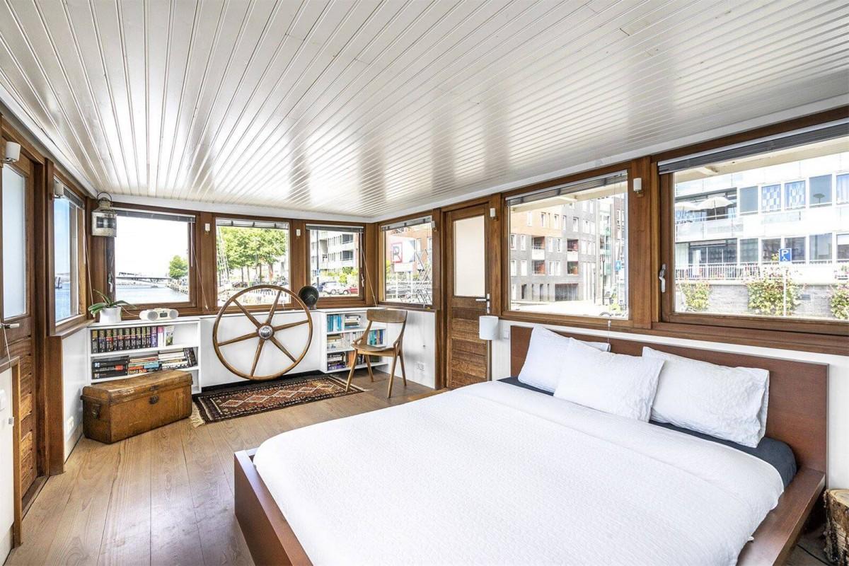 Open space bedroom with queen size bed.