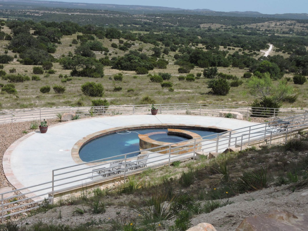 Lighthouse Hill : pool and hot tub