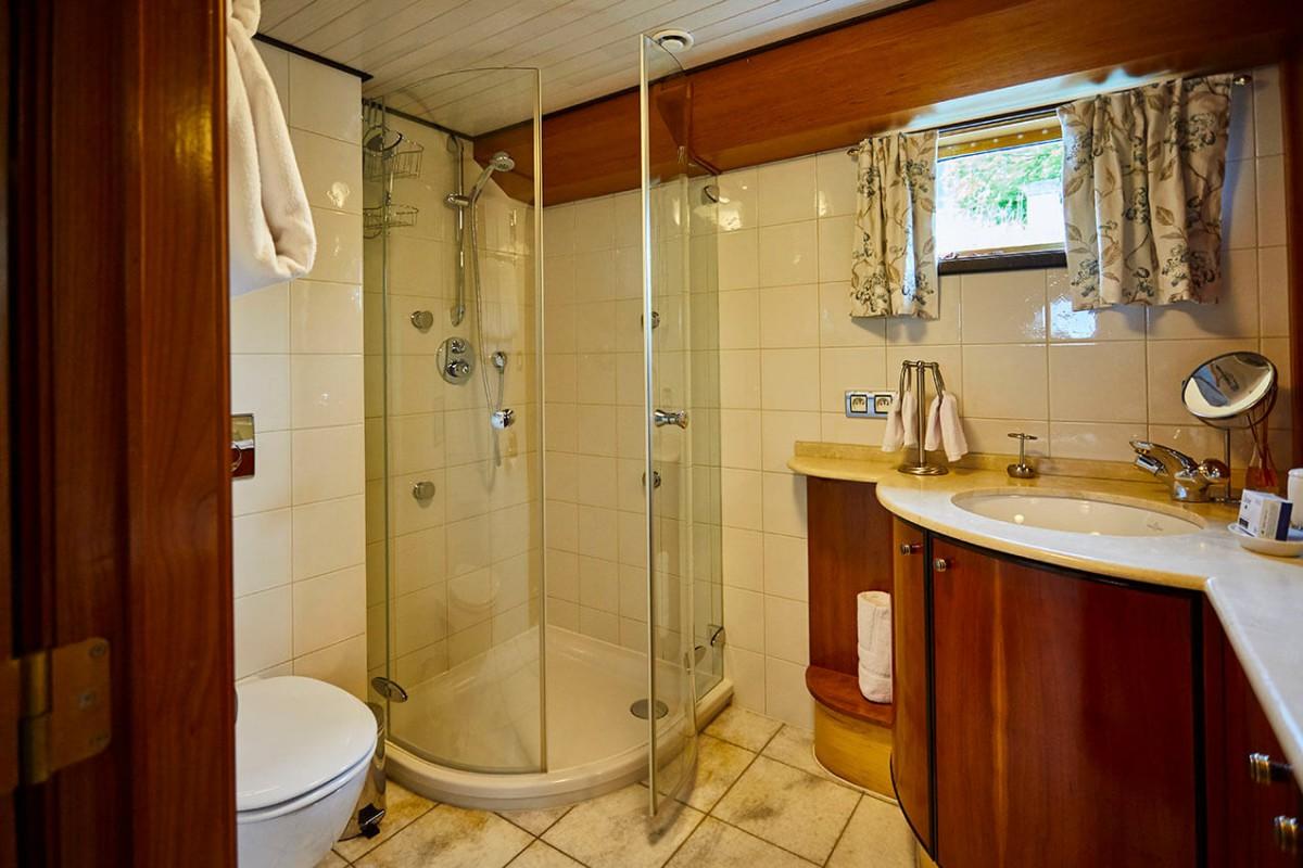 Large corner shower with 4 jets