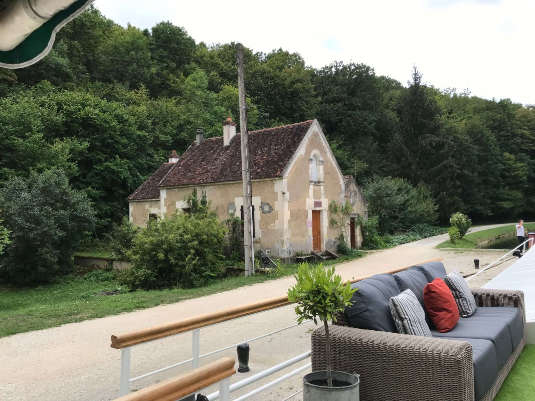 6-night all-inclusive cruise through the hills and villages of Northern Burgundy; enjoy gastronomy and adventure with our full crew at your service - Lock house on the Nivernais