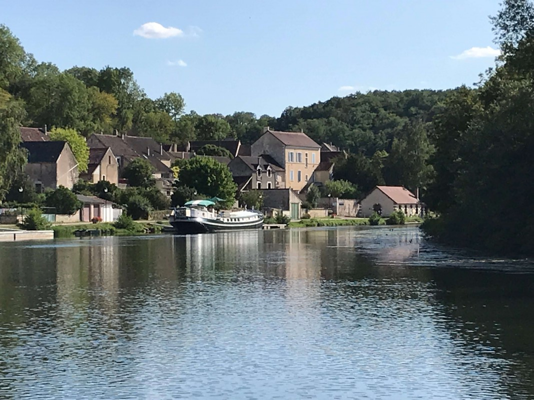 6-night all-inclusive cruise through the hills and villages of Northern Burgundy; enjoy gastronomy and adventure with our full crew at your service moored at Mailly-la-Ville