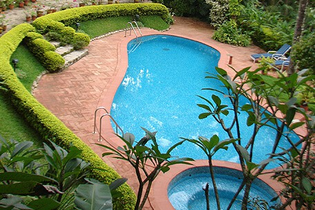 The swimming pool and jacuzzi at Tranquil Resort