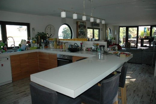 Kitchen with American-style bar breakfast area