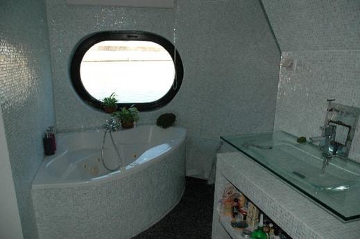 Hamman-style bathroom off master bedroom bath