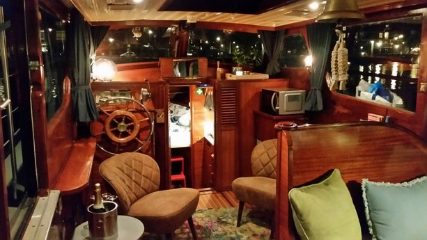 Because the interior has a lot of wooden panelling, the boat looks very atmospheric.
