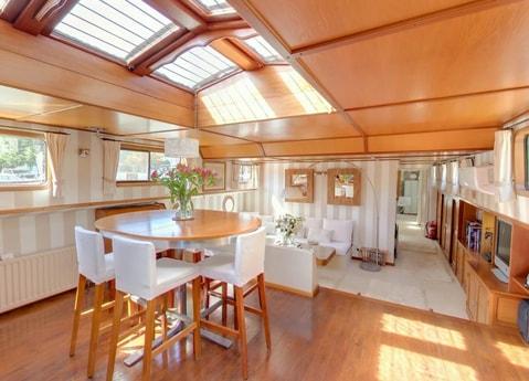 Hotel barge Esperance dining room