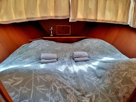 Double bed in V-shape for the boat