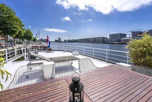 The stunning sun deck offers yet another space to enjoy the almost 360° harbour view and is ideal for relaxation and having a BBQ.