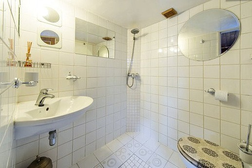 Bathroom with its douche à l'italienne