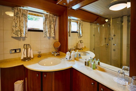 Marble topped sink unit with plenty of storage space. Shower with 4 jets for a relaxing massage.