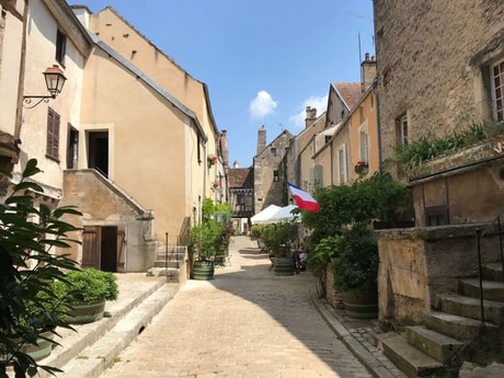 6-night all-inclusive cruise through the hills and villages of Northern Burgundy; enjoy gastronomy and adventure with our full crew at your service - Noyers