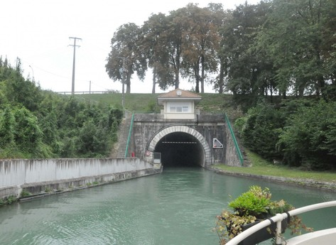 Entrance to the Mont-de-Billy tunnel (2.3 km long).