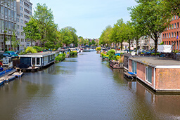 5 reasons to rent a houseboat in Amsterdam