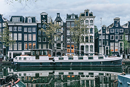 5 reasons to book a houseboat in Amsterdam